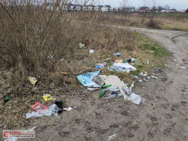 zalegające śmieci w Mosinie