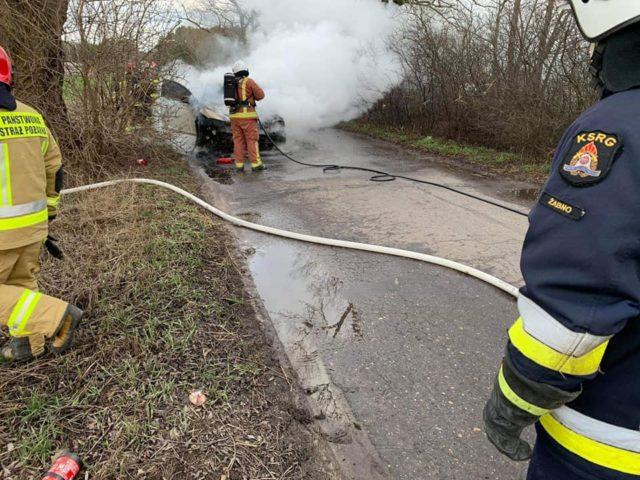Pożar samochodu marki Volvo na drodze pomiędzy Żabnem, a Krajkowem