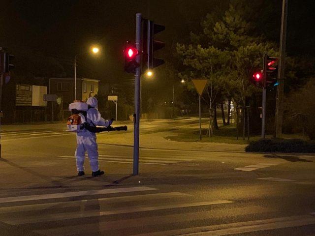 strażacy dezynfekują ulice