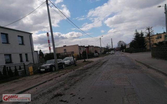 ulica Sowiniecka zabrudzona ziemią spadającą z ciężarówki