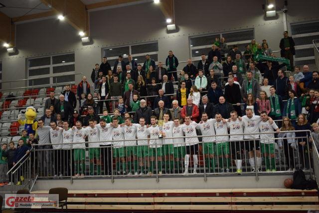 Piłkarze UKS Orlik Mosina wraz z kibicami świętują zdobycie mistrzostwa ligi