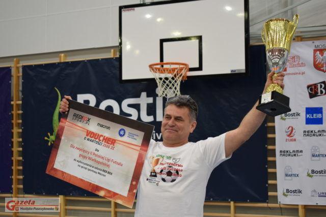 wiceprezes klubu, Andrzej Bartkowiak celebruje zdobycie mistrzostwa