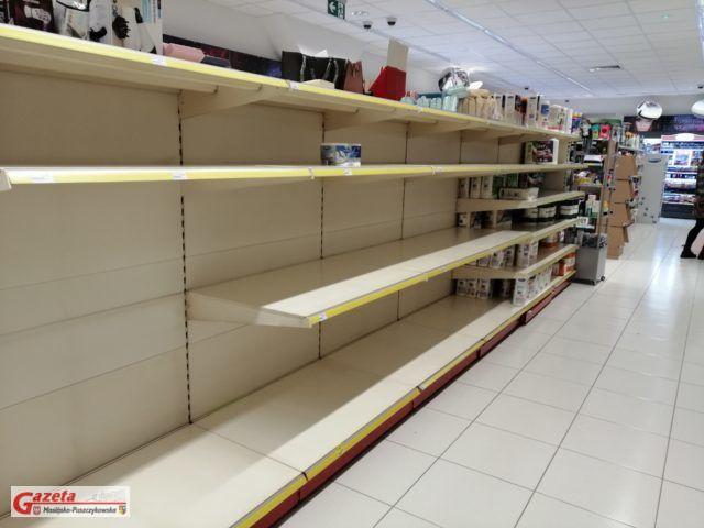 puste półki w jednym ze sklepów w Mosinie