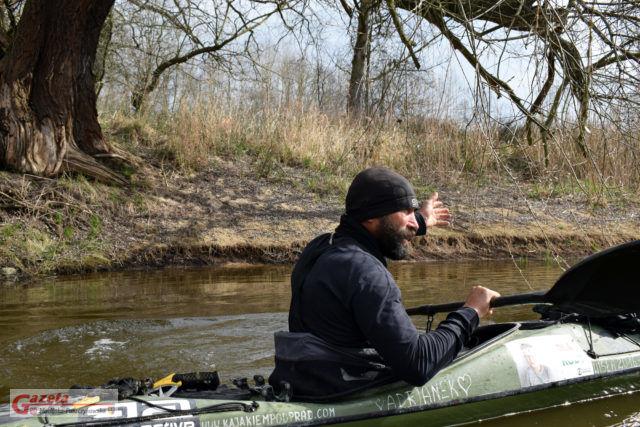 Robert Tomalski w kajaku na rzece Warcie - Kajakiem pod prąd