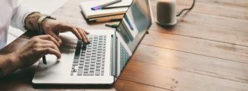Człowiek pracujący na laptopie