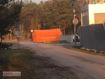 Namiot zarządzania kryzysowego pod szpitalem w Puszczykowie