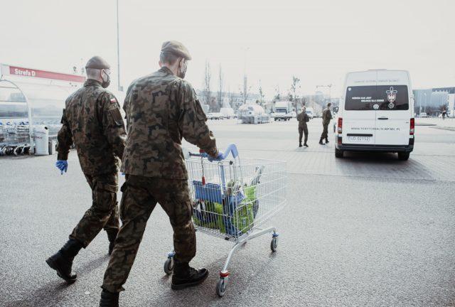 Zakupy dla weteranki Powstania Warszawskiego WOT