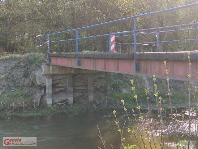 Zamknięty most nad Kanałem Mosińskim - uszkodzenia