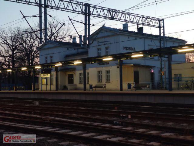 dworzec kolejowy w Mosinie o zmroku