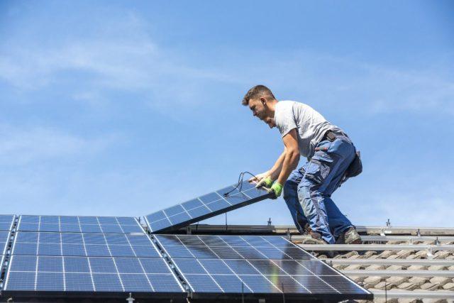 montaż instalacji fotowoltaicznej na dachu budynku