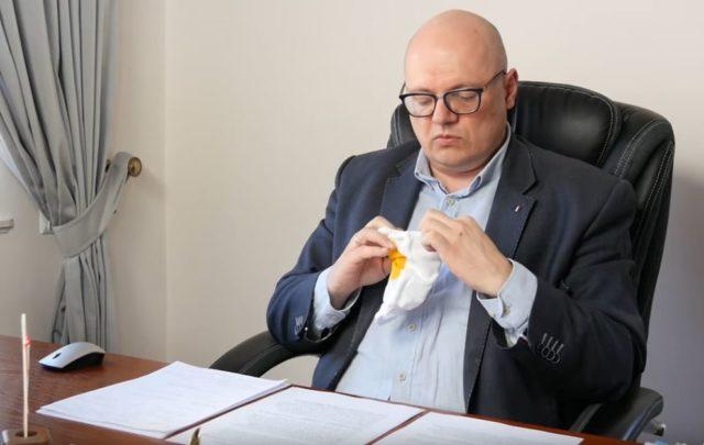 Burmistrz Mosiny prezentujący maseczki zamówione dla mieszkańców gminy Mosina