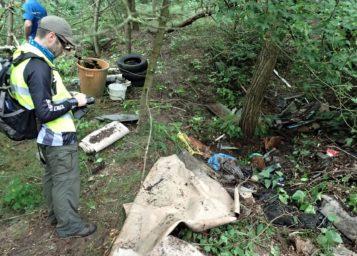 dzikie wysypisko śmieci na terenie Wielkopolskiego Parku Narodowego