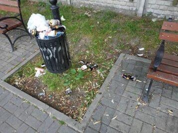 przepełnione kosze na śmieci na terenie gminy Mosina