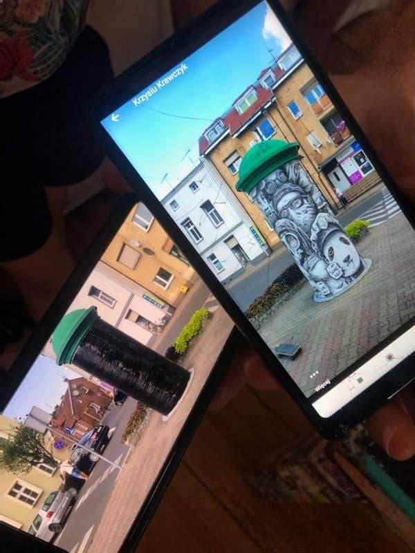 raca artysty zasłonięta czarną folią na mosińskim rynku