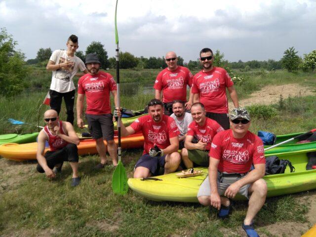 Drużyna Szpiku - uczestnicy spływu kajakowego z Jeziorska do Rogalinka