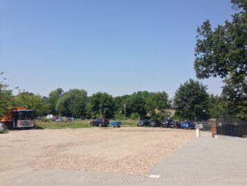 Działka, na której urzędnicy zaplanowali zieleń, pozostanie parkingiem.