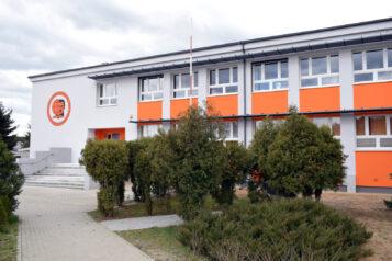 Szkoła Podstawowa w Czapurach im. Arkadego Fiedlera - budynek szkoły