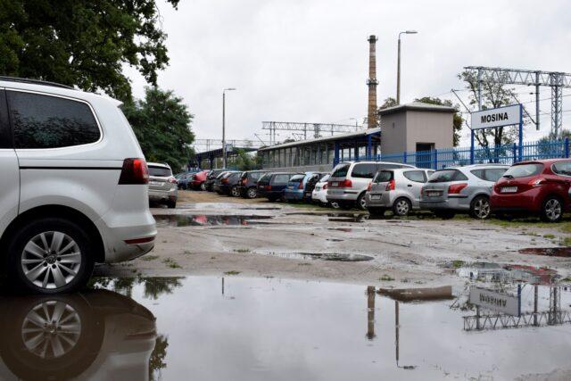 Zalane ulice w Mosinie - parking przy PKP