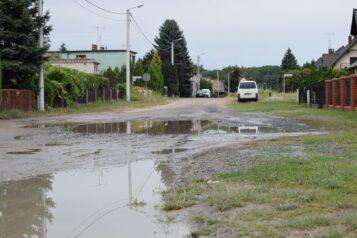 ulica Żeromskiego w Mosinie po deszczu