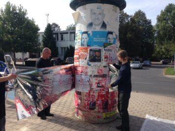 Słup ogłoszeniowy w Mosinie - akcja artystów