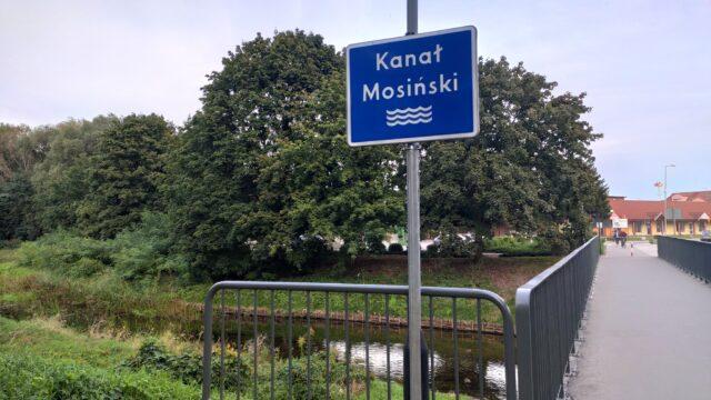 Kanał Mosiński na wysokości targowiska w Mosinie. Nowa tabliczka z nazwą rzeki oraz kładka dla pieszych
