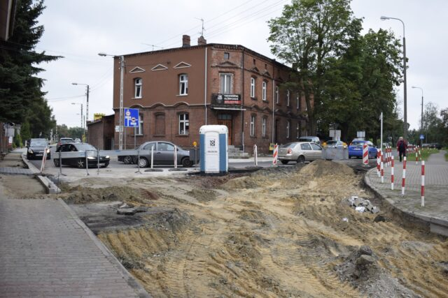 Zakorkowana ulica Dworcowa w Mosinie