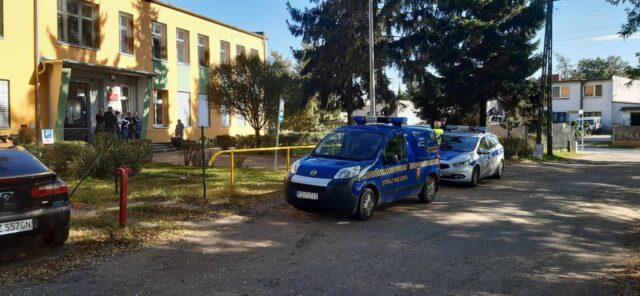 Zaalarmowane służby przez budynkiem Szkoły Podstawowej w Rogalinku