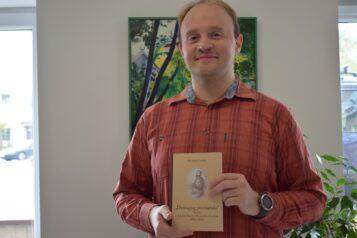 Wojciech Czeski z książką Demagog poznański