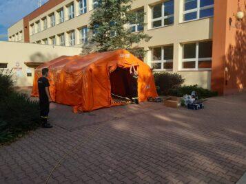 Przed budynkiem szkoły pojawił się specjalny namiot