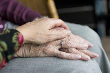 Dłonie - seniorzy