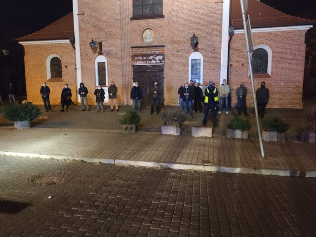 Przed kościołem św. Mikołaja zebrała się też grupa osób broniąca wejścia do świątyni