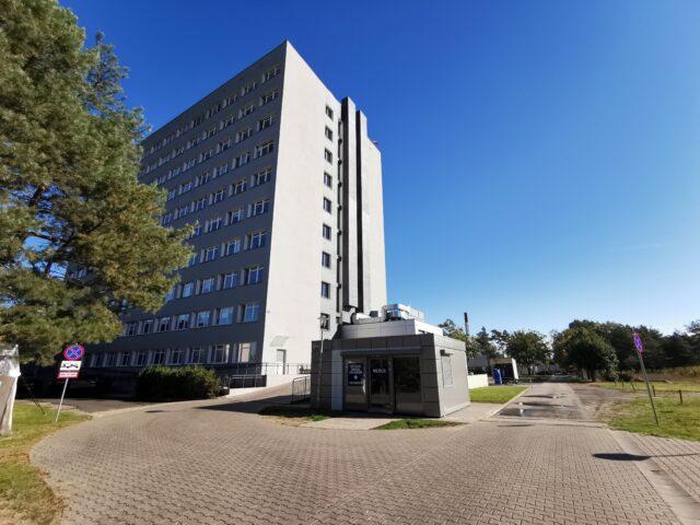 Szpital w Puszczykowie - kontener przed wejściem na SOR