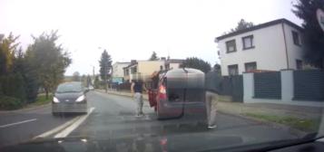 Kierowca wyskoczył z samochodu z maczetą w Mosinie