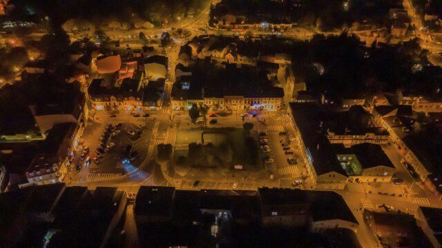 Rynek w Mosinie nocą - widok z lotu ptaka