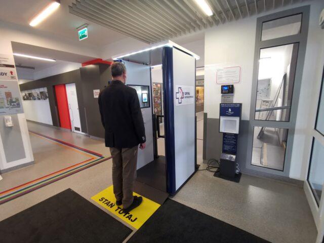 Elektroniczna bramka w holu głównym Szpitala w Puszczykowie