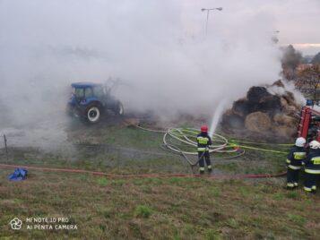 Pożar stogów siana na polu - akcja gaśnicza strażaków