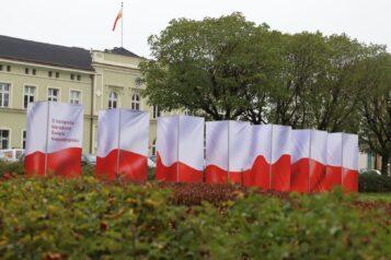 Święto Niepodległości w gminie Mosina (Urząd Miejski w tle)