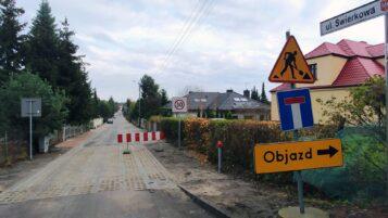 Zamknięta ulica Świerkowa w Mosinie - widok z Szosy Poznańskiej