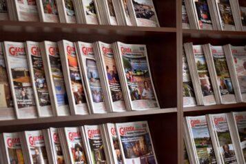 Gazety Mosińsko-Puszczykowskie na półce w redakcji