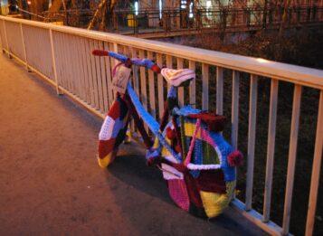 Rower opleciony włóczką na moście nad Kanałem Mosińskim