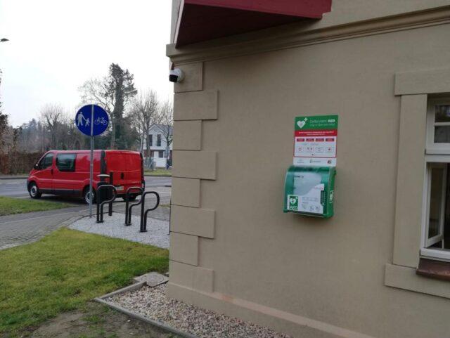 Defibrylator AED na budynku Mimozy w Puszczykowie