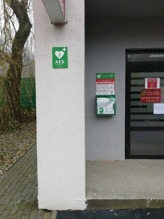 Nowy defibrylator zamontowany został również na budynku Straży Miejskiej nieopodal dworca w Puszczykowie.