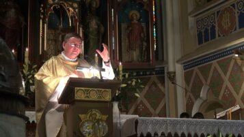 Ksiądz Artur Rembalski w trakcie wygłaszania homilii w kościele NMP Śnieżnej w Krzycku Małym