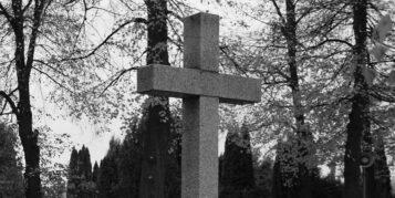 Marmurowy krzyż na cmentarzu
