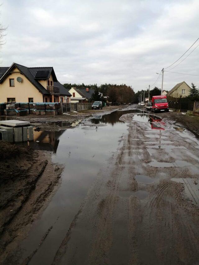 Ulica Sosnowa w Pecnej po roztopach 19 lutego. Fot. Maciej Patela