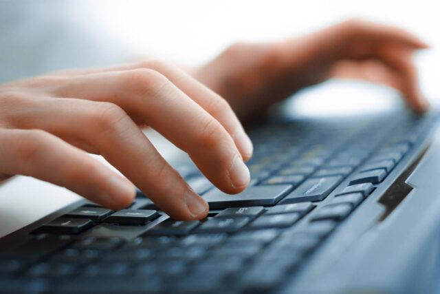 Pisanie na klawiaturze komputerowej