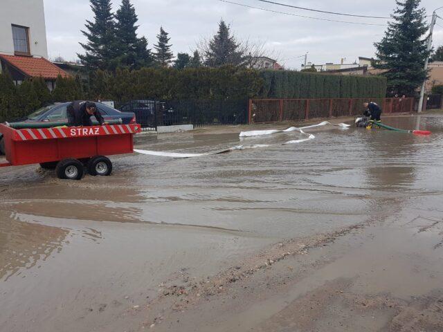 Jedna z zalanych ulic w Mosinie fot. OSP Mosina