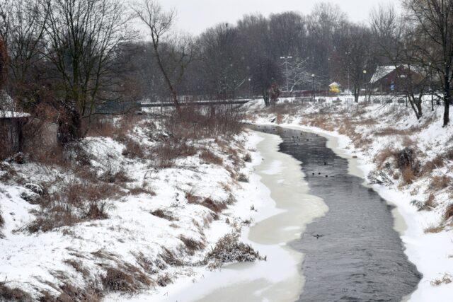 Kanał Mosiński na wysokości Mosiny zimową porą