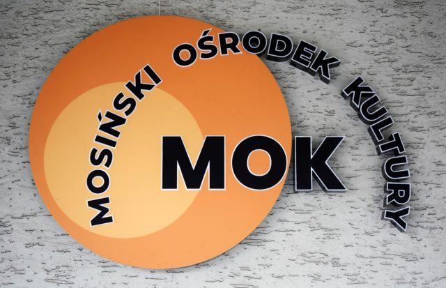 MOK (Miejski Ośrodek Kultury w Mosinie) - logo na budynku