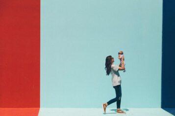 Kobieta niosąca dziecko